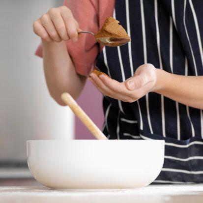 Evde çikolata yapılabilir mi?    Yetkililer bunun pek mümkün olmadığını söylüyor. Çünkü çikolata yapımının her aşamasında belli sıcaklık değerleri gerekiyor.   Uzmanlar 'Evde bunu sağlama imkanı yoktur. Çikolata üretim aşamasında yüksek sıcaklıkta şiddetli karıştırma ve dövme işlemi için endüstriyel makinelere ihtiyaç var. Bu aşamada çikolata karışımı karıştırılıp dövülerek hem havalandırılır hem de lezzet ve aroma gelişimi sağlanmış homojen çikolata hamuru elde edilir' diyor.  Ancak, çikolata yapamasanız da sosunu hazırlayabilirsiniz   Çikolata ganaş  Malzemeler: 400 gr. tatlı bitter çikolata; 250 ml. taze krema; 1 çorba kaşığı toz şeker (gerekirse).   Yapılışı:  Çikolataları çok ince olarak doğrayın veya rendeleyip çelik ya da Pyrex bir tas içine koyun. Kremayı şekerle birlikte bir kap içinde ısıtıp kaynar kaynamaz çikolataların üzerine dökün. Bir çırpıcıyla krema ve çikolataları önce dikkatlice karıştırın, ardından çırparak homojen bir sos elde edin.